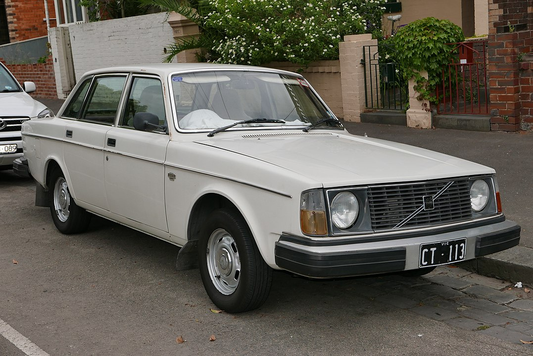 1077px-1978_Volvo_244_DL_sedan_(2015-12-07)_01.jpg